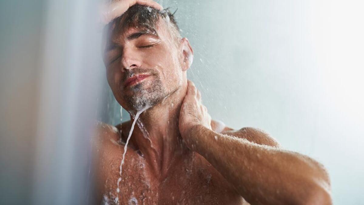 Hombre representando la duda de ¿Por qué las mejores ideas surgen bajo la ducha?