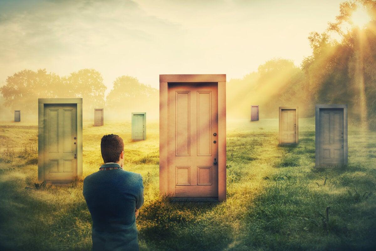 Hombre pensando que tus problemas pueden ser un muro o una puerta