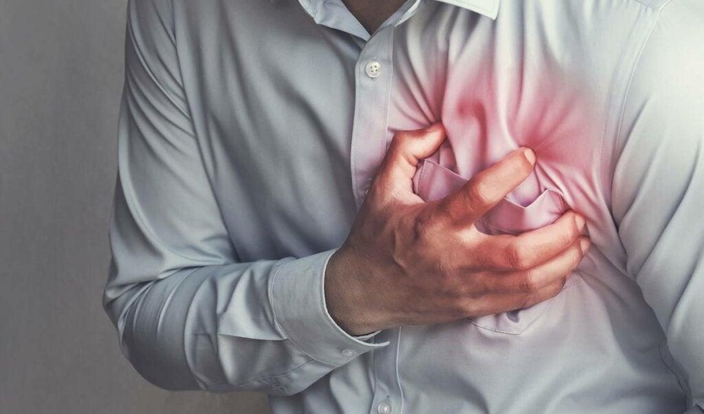hombre cogiéndose el pecho representando si ¿Puede darme un infarto por ansiedad?