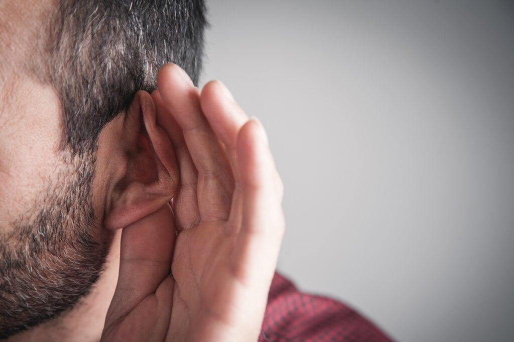 Hombre intentando escuchar música
