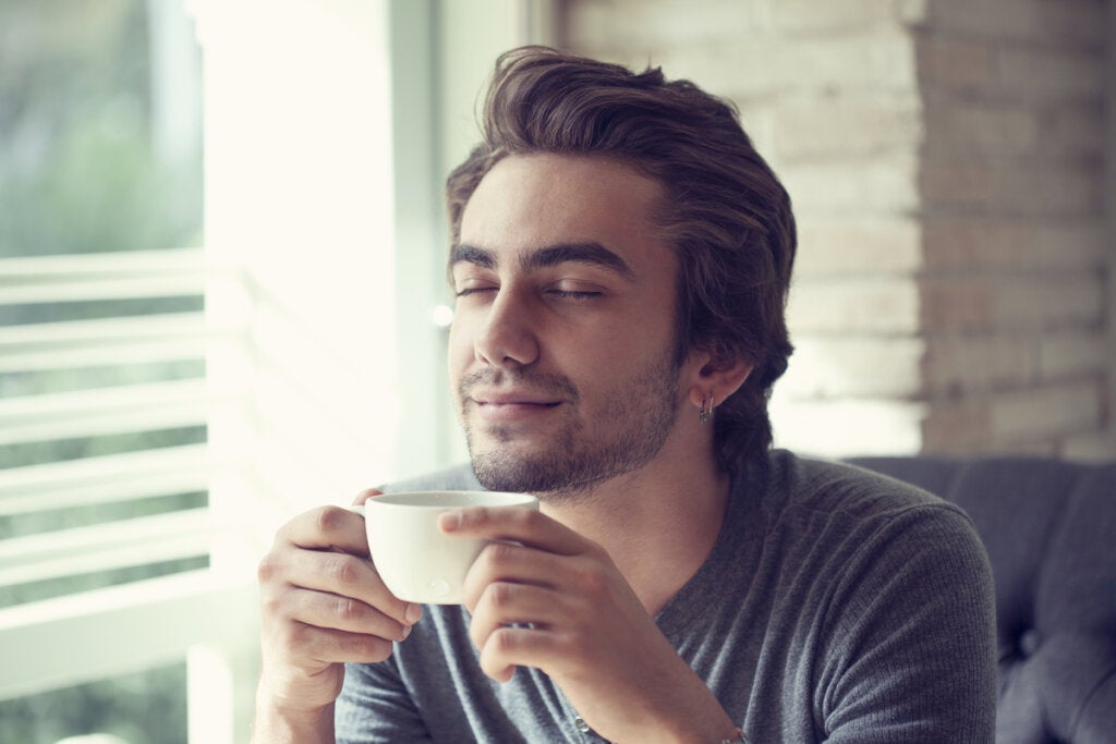 Hombre haciendo mindfulness informal