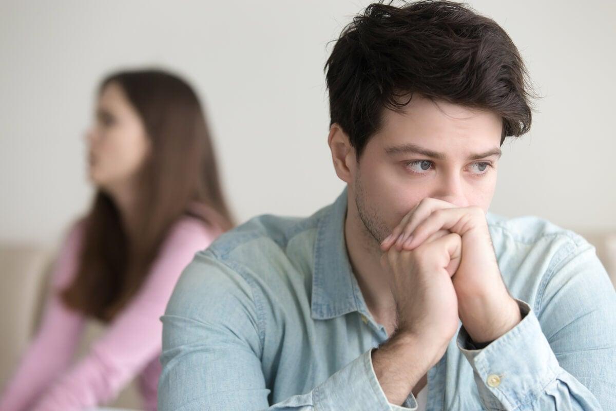 Hombre pensando en decir a su pareja algo por el efecto MUM
