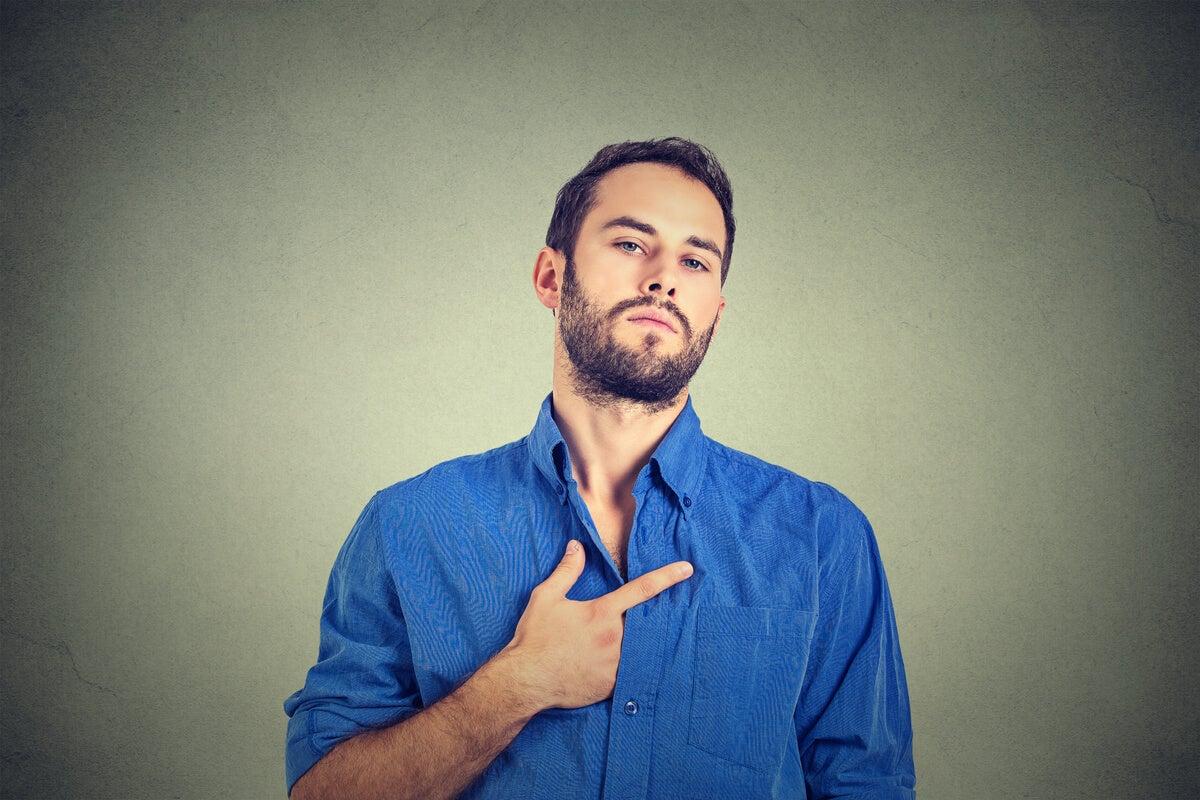 Hombre señalándose a sí mismo por vanidad