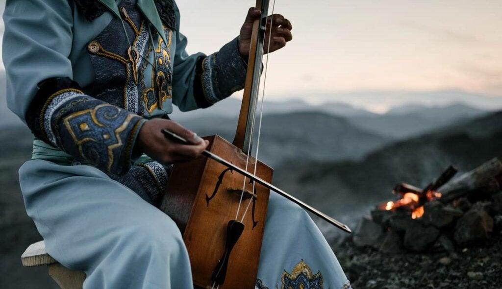 Hombre tocando instrumento tradicional para despertar emociones musicales