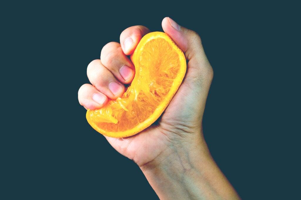 La metáfora de la naranja: ¿qué sale de ti cuando la vida te aprieta?