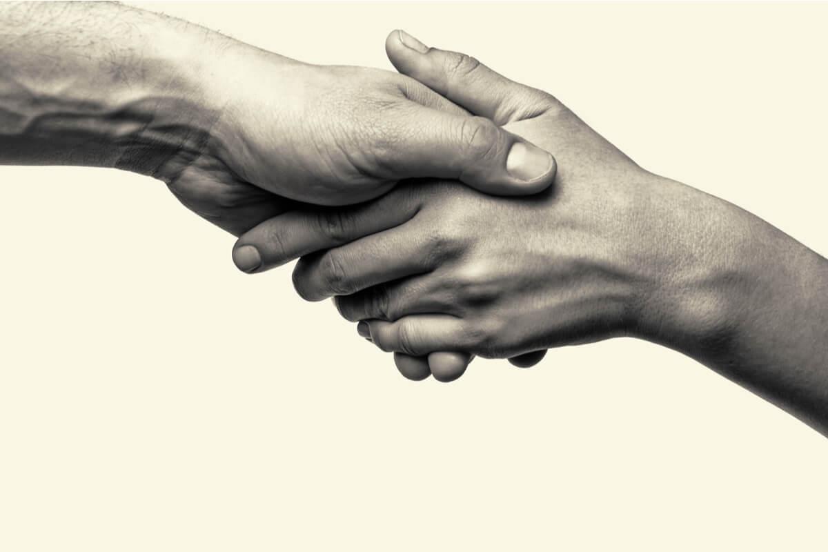 Manos de dos personas agarrándose