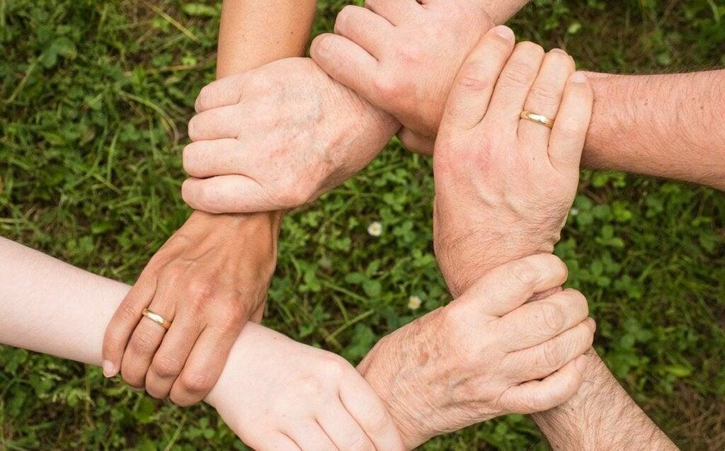 Manos unidas representando la cuestión de por qué mi familia siempre se pelea si se quiere