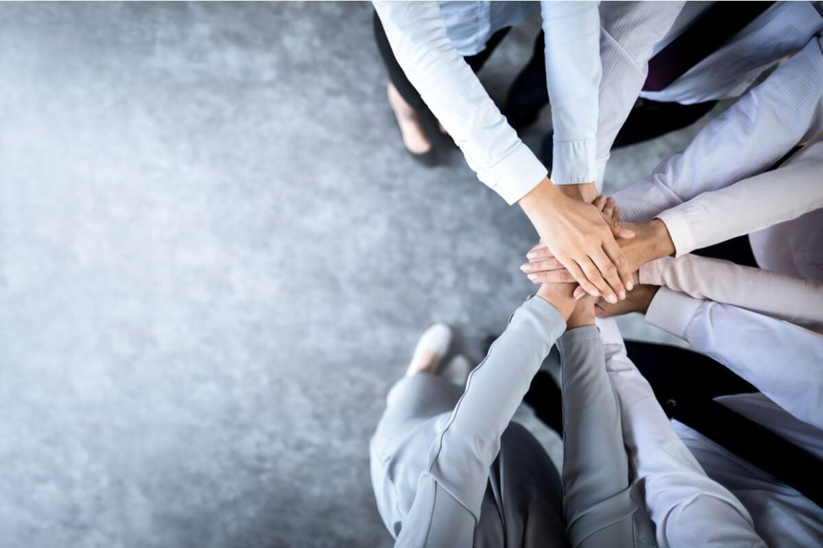 Manos unidas de equipo de trabajo