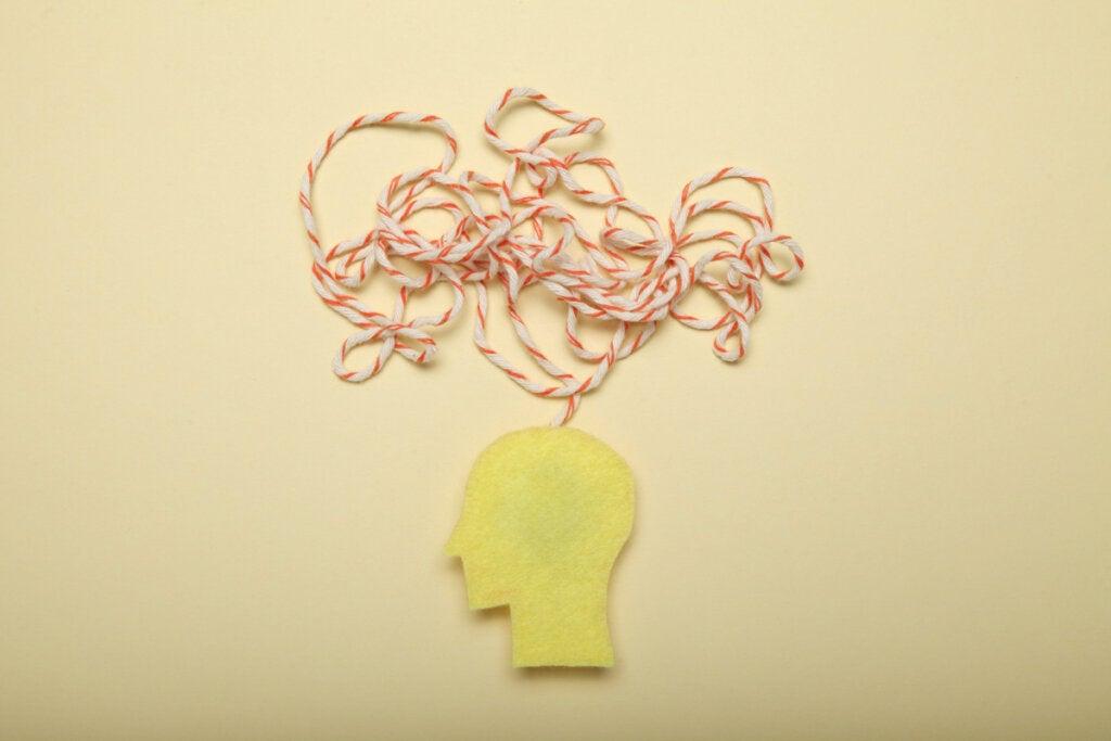 cabeza con hilos simbolizando el efecto de la técnica del Debiasing
