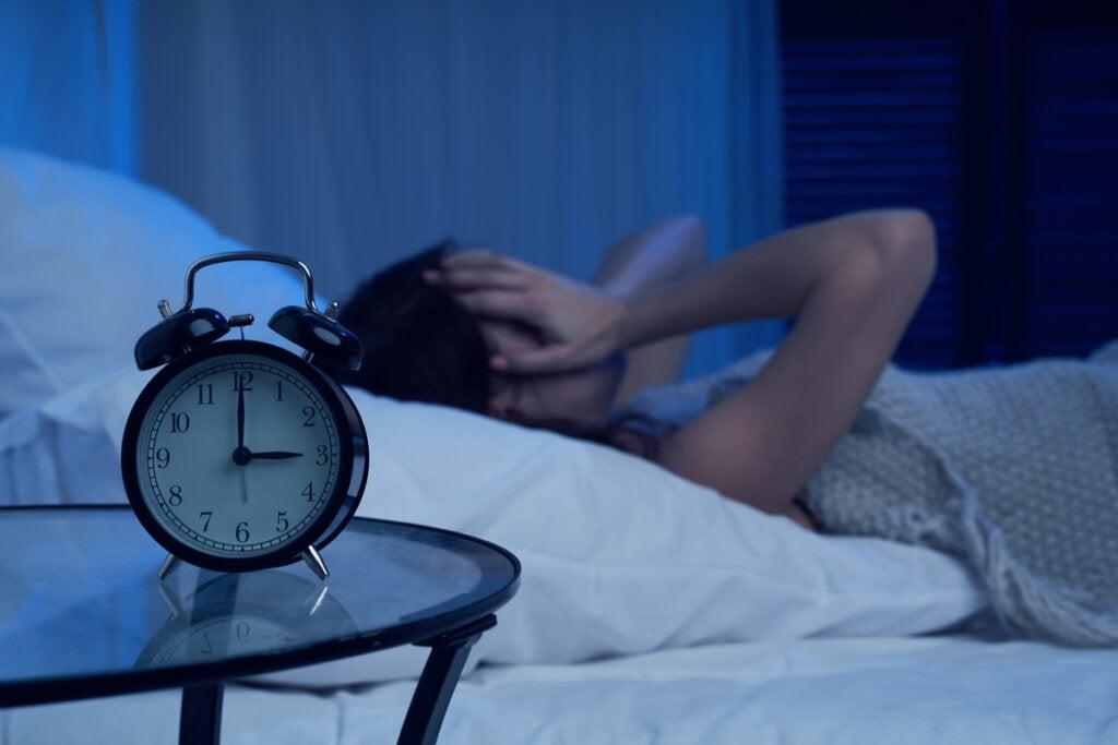 Mujer agobiada por despertarse en mitad de la noche