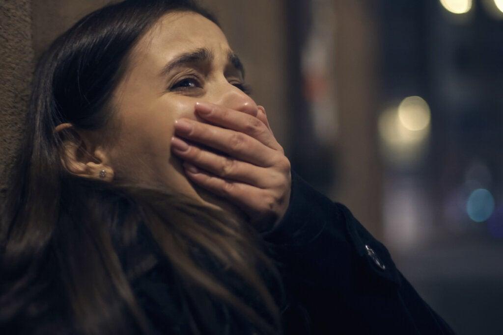 Mujer asustada en un atentado