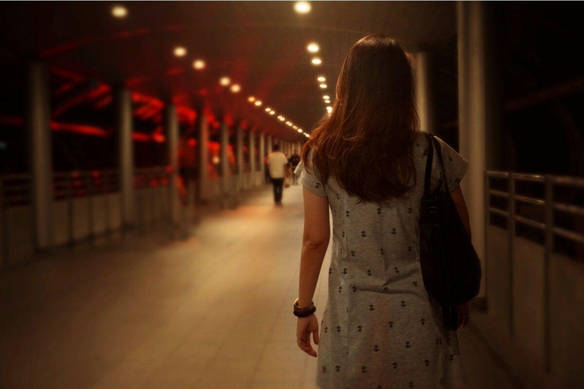 Mujer caminando pensando en miedos atávicos