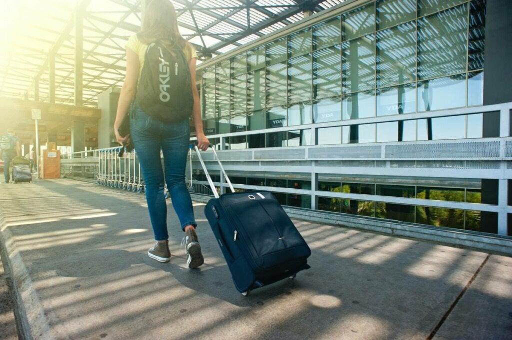Mujer afrontando su hodofobia o miedo a viajar