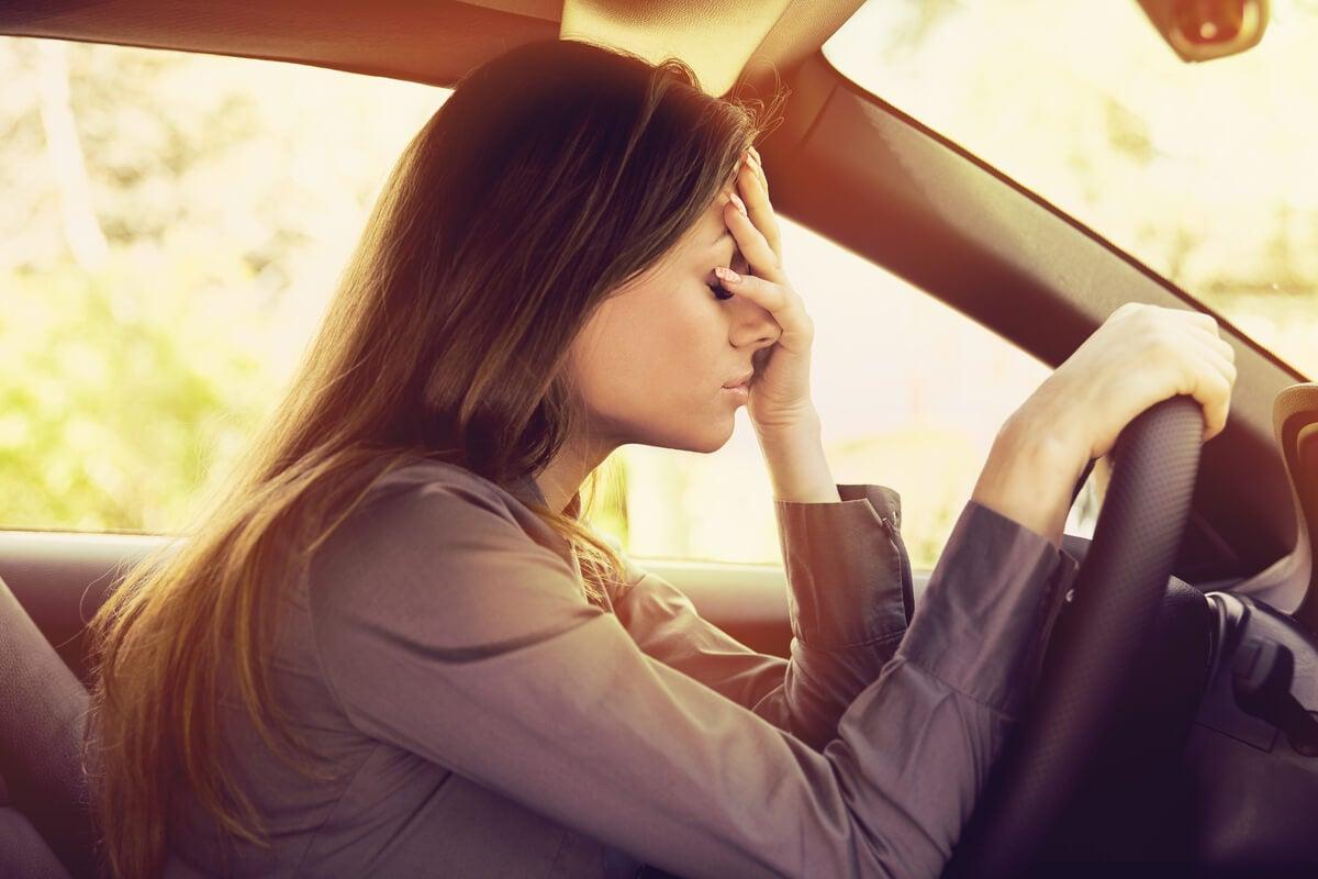 Mujer conduciendo con ansiedad