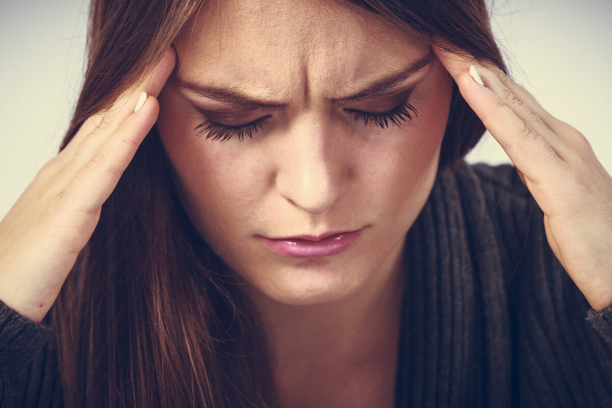 Mujer con dolos de cabeza por ansiedad