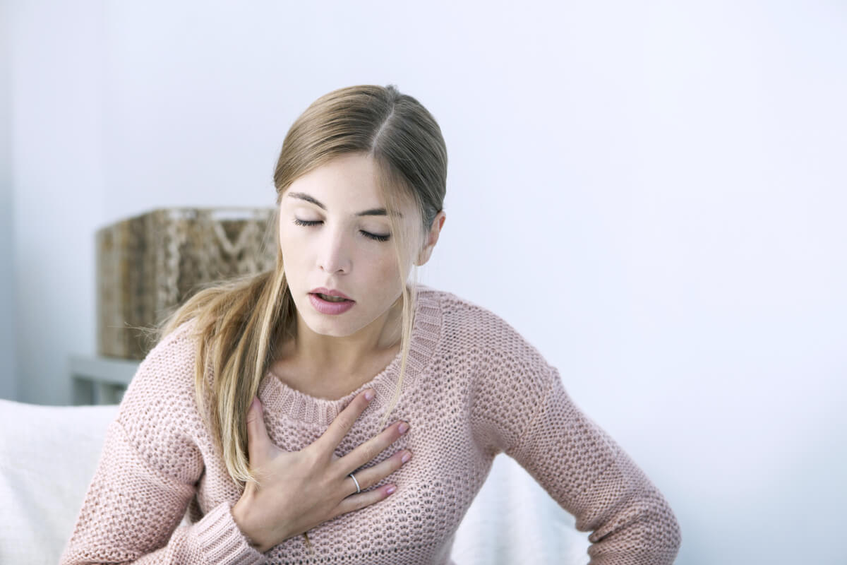 Mujer con dolor en el pecho como causa de la relación entre depresión e infarto agudo de miocardio