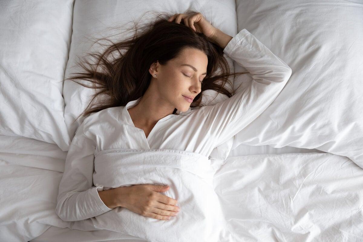 Mujer dormida profundamente en la cama