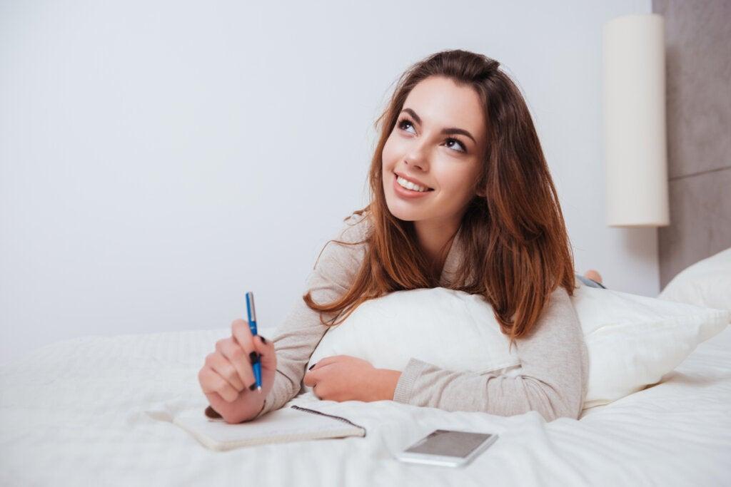 Mujer escribiendo antes de dormir