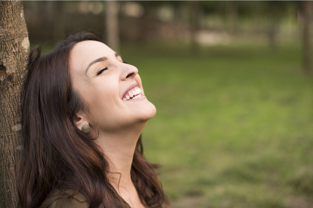 Mujer sintiendo las lágrimas de alegría