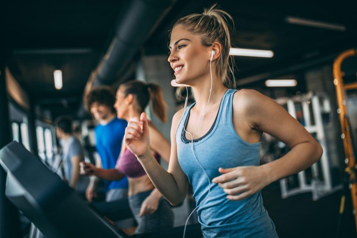 Mujer haciendo deporte en el gimnasio