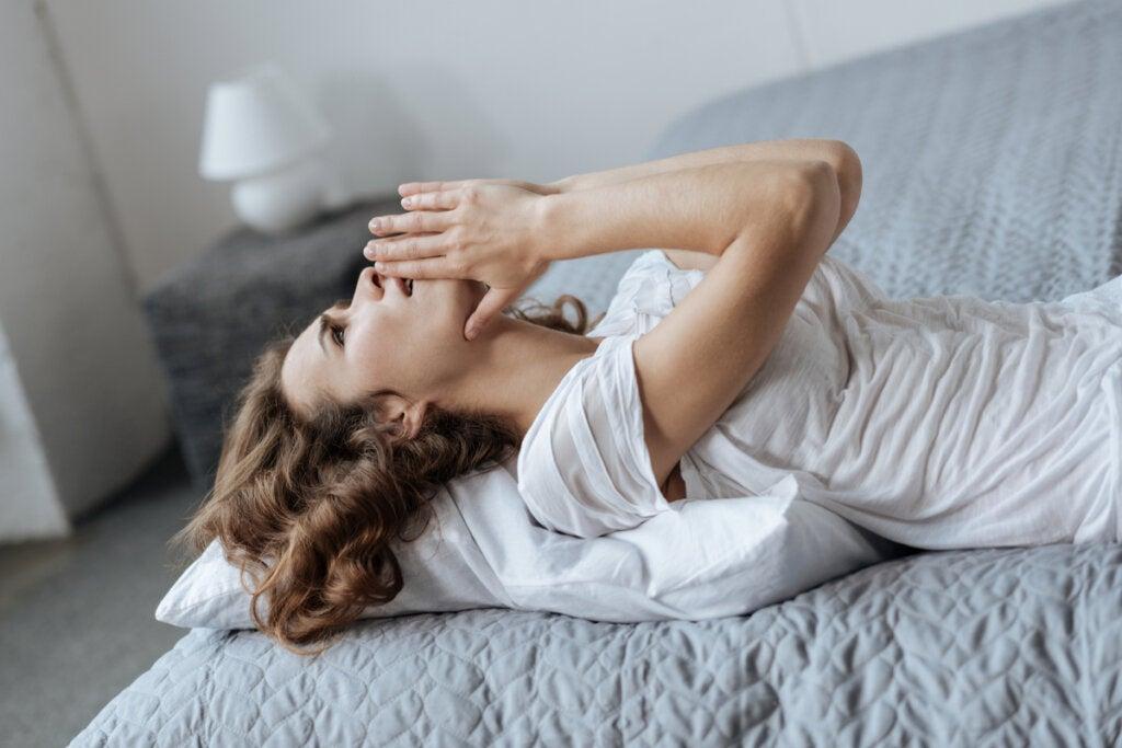 Mujer irritada en la cama