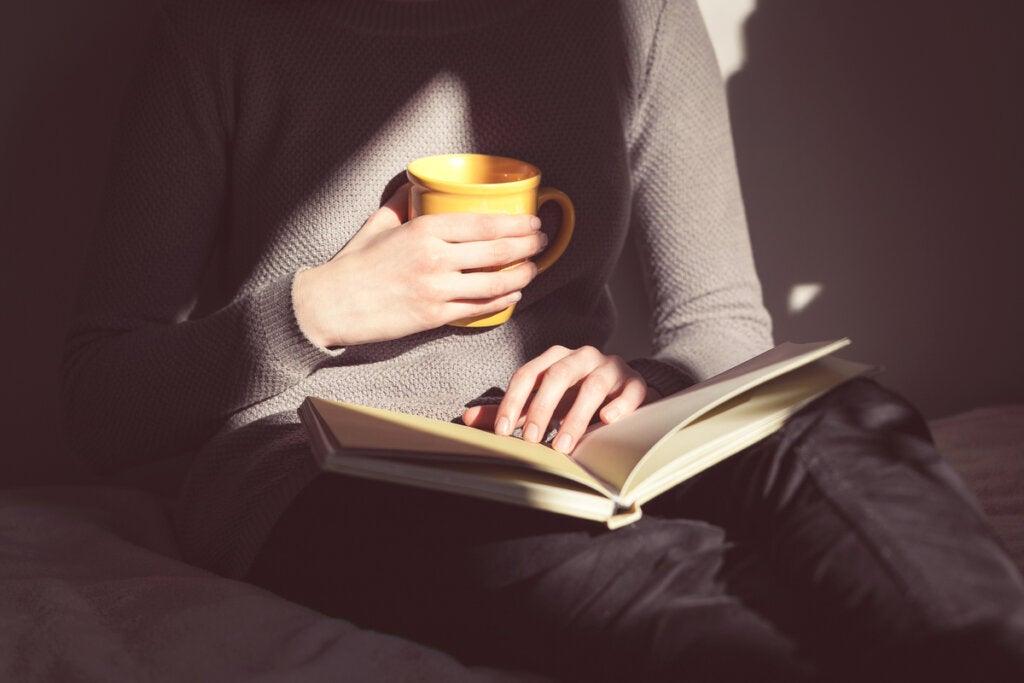 Mujer leyendo sobre el trastorno de ansiedad generalizada