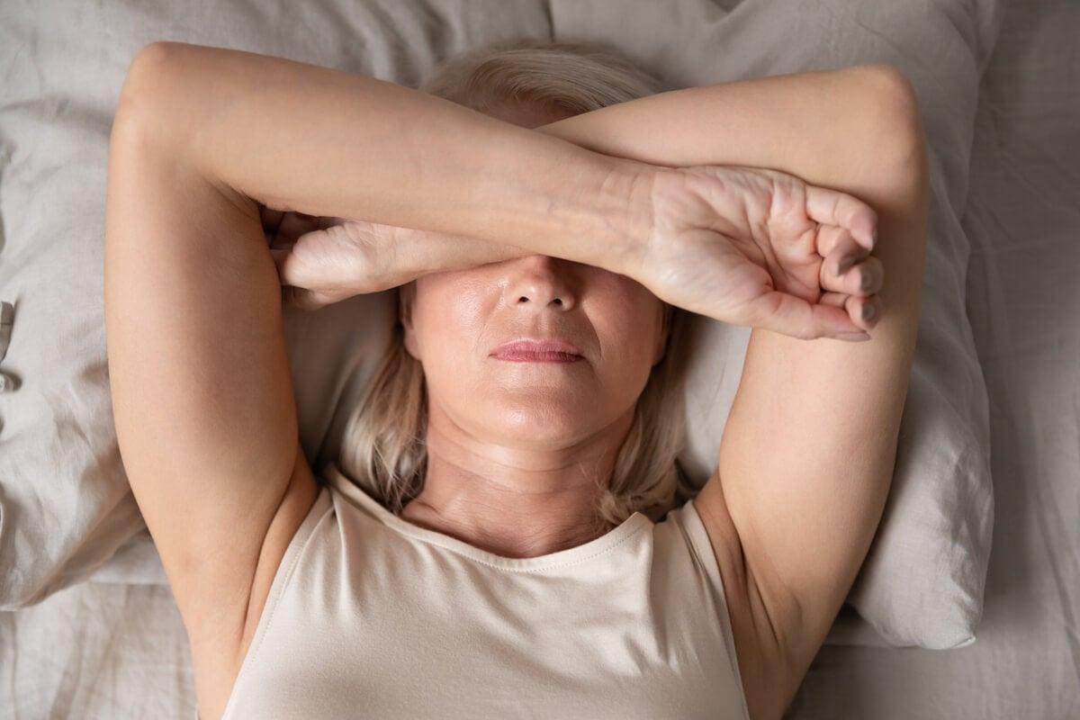 Mujer mayor con tristeza por la mañana