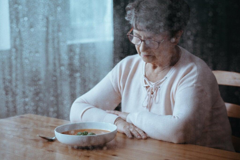 Mujer mayor con pérdida de apetito