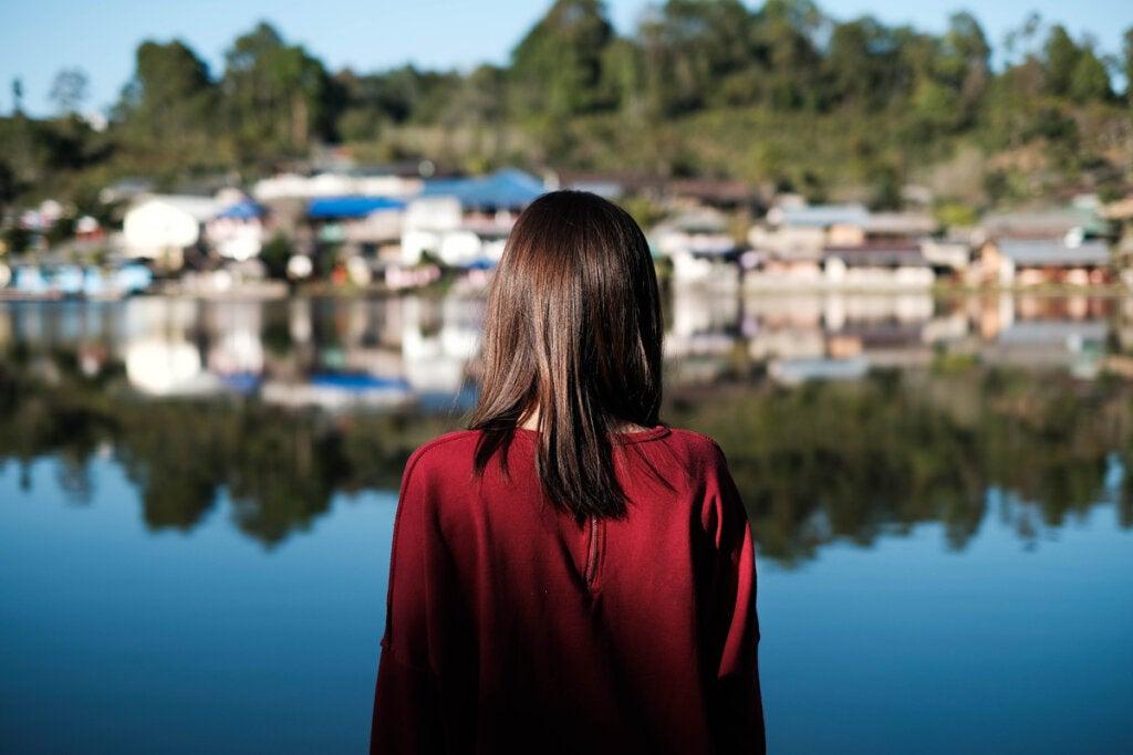 Mujer mirando un pueblo