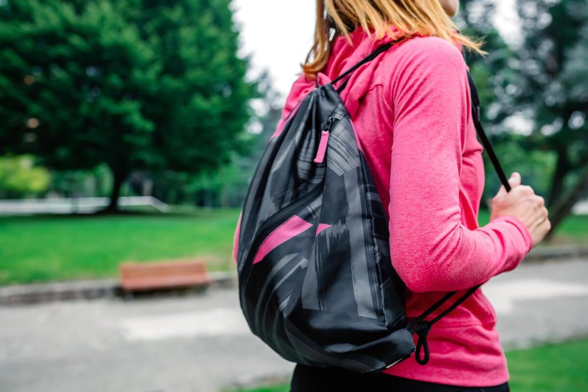 Mujer con una mochila del gimnasio