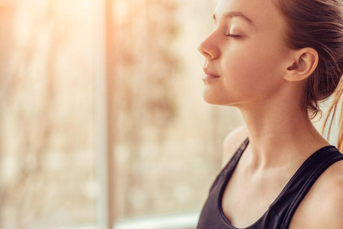Mujer con los ojos cerrados pensando en el autocontrol emocional de la ansiedad