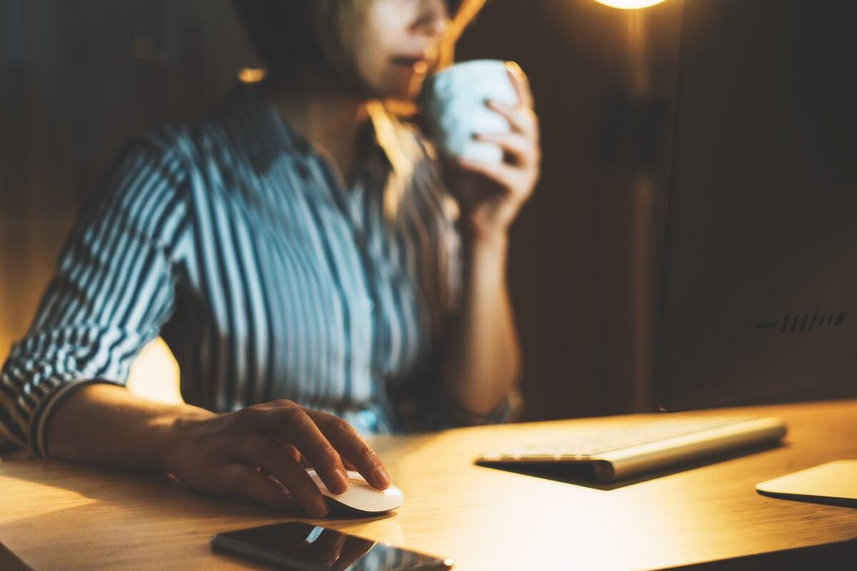 Mujer trabajando en su oficina por la noche