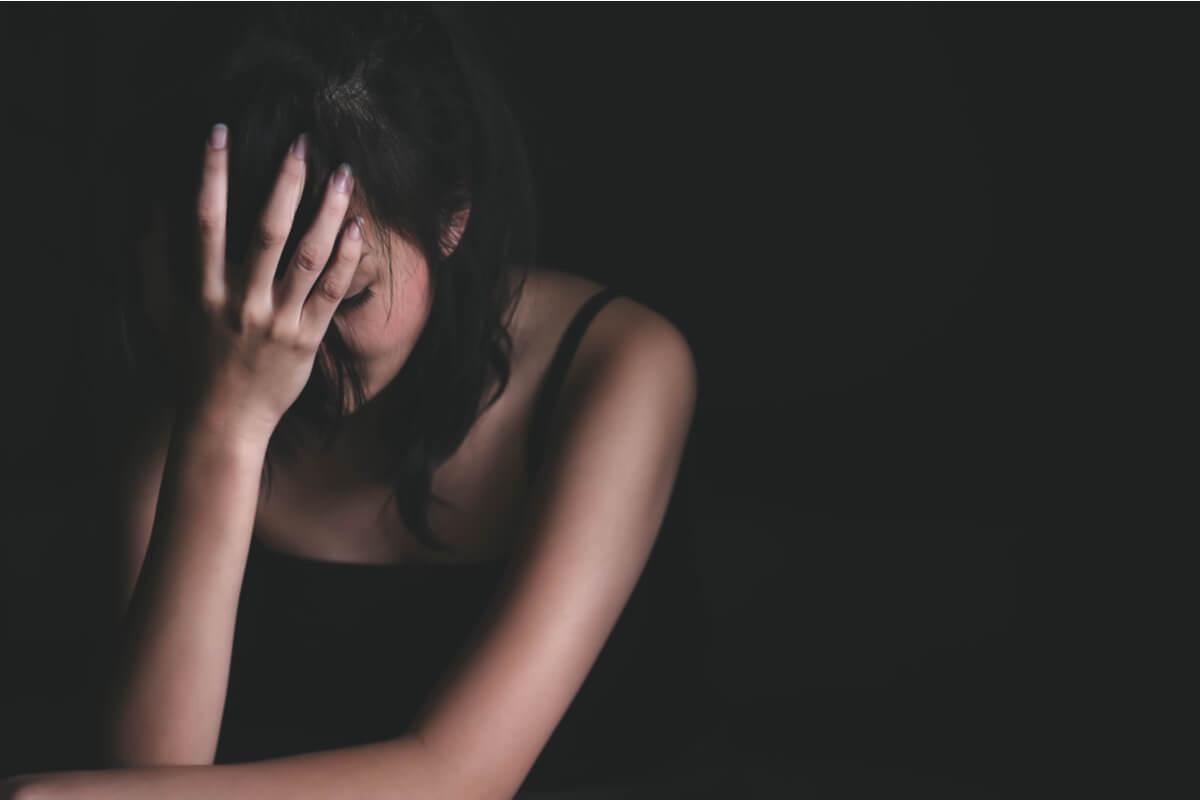 Mujer triste tras ser sufrir a los manipuladores que fingen ser víctimas
