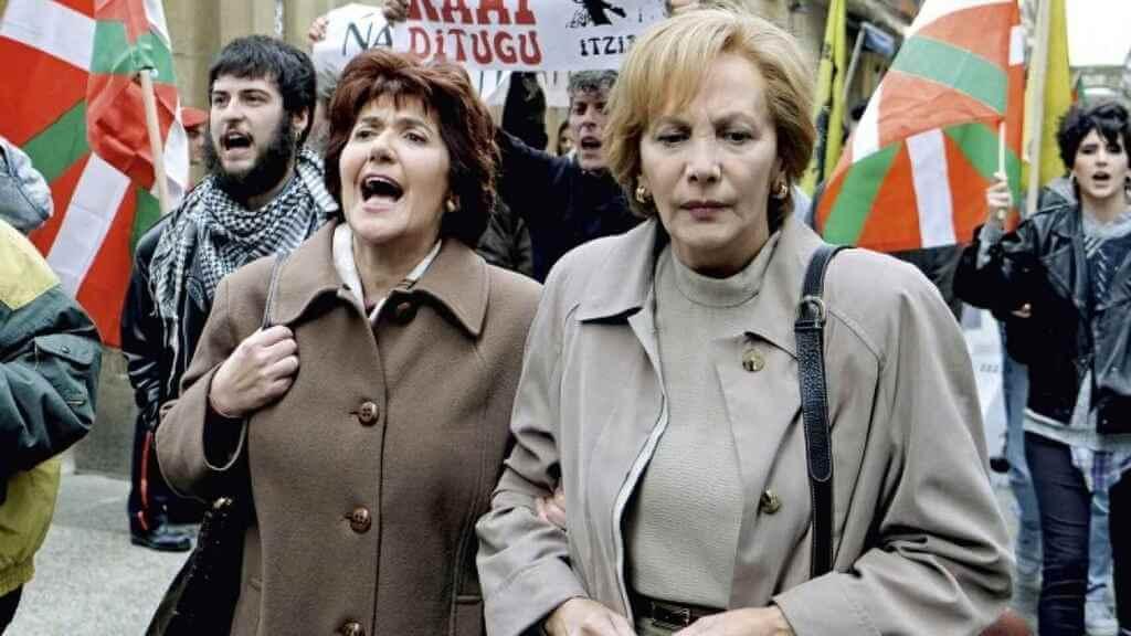 Mujeres en una protesta en la serie Patria