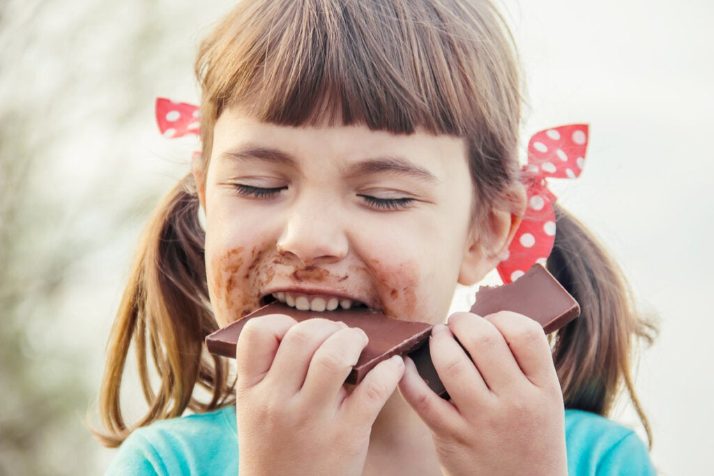 Niña comiendo chocolate