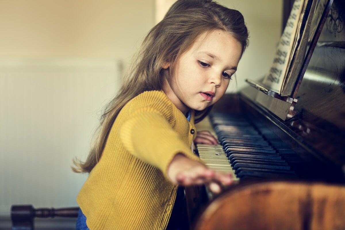 Niña tocando el piano representando la relación entre TDAH y altas capacidades