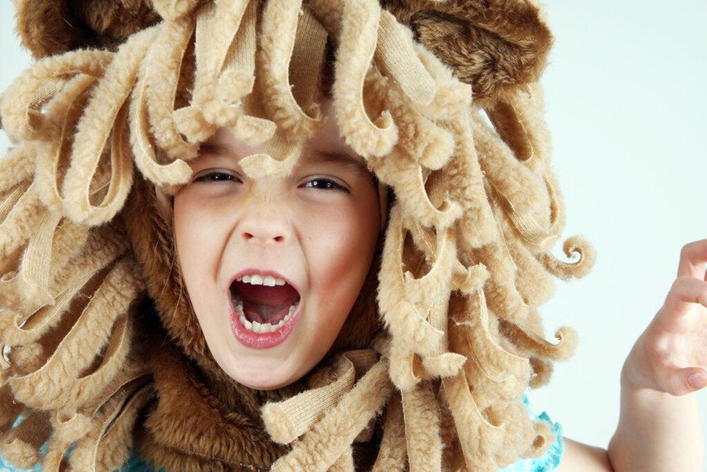 Niño disfrazado de león