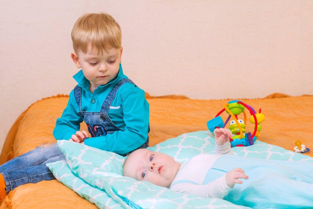 Niño mirando a su hermano pequeño
