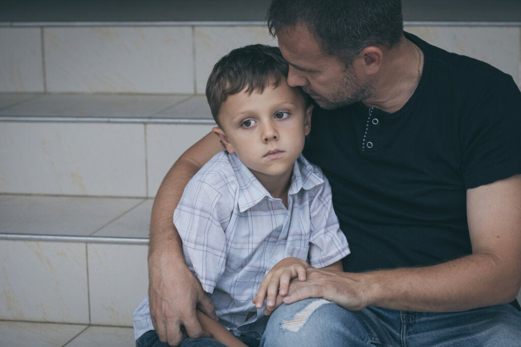 Niño nervioso con su padre