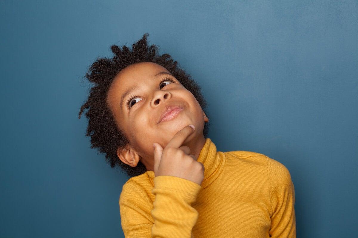 Niño pensando en el futuro