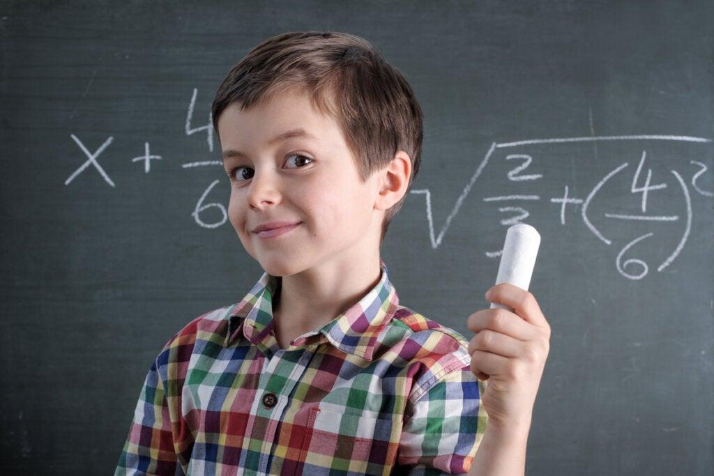 Niño resolviendo una ecuación