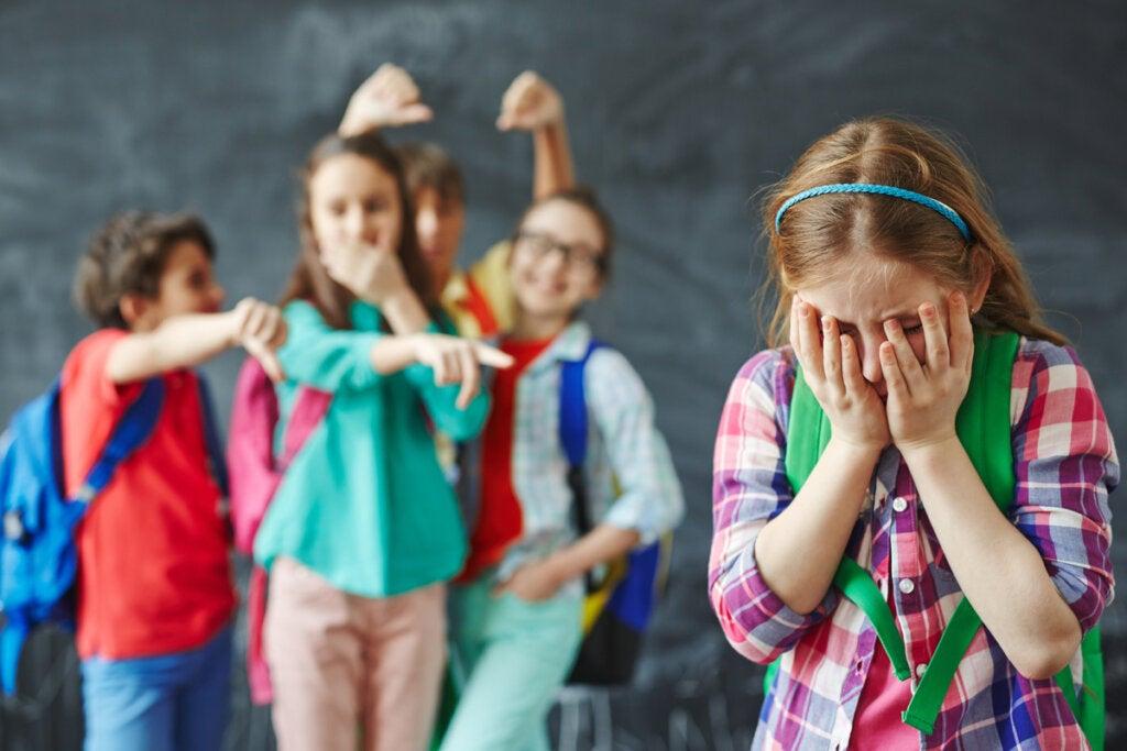 Niños riéndose de su compañera de clase dañando el Sentimiento de pertenencia