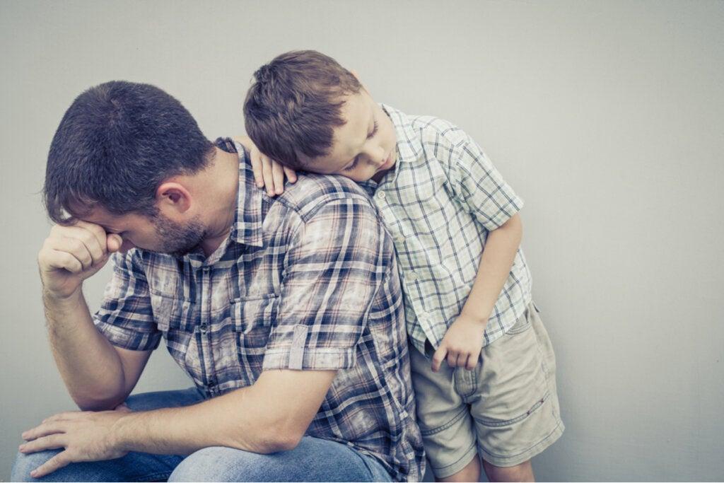 Padre con depresión al lado de su hijo