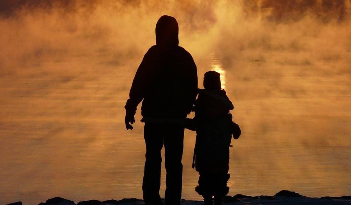 Padre e hija representando la cuestión de ¿Por qué mi familia siempre se pelea?