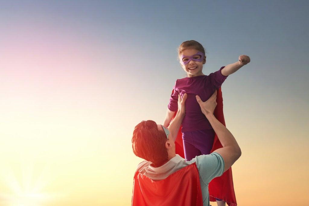 Padre e hijo disfrazados de superhéroes