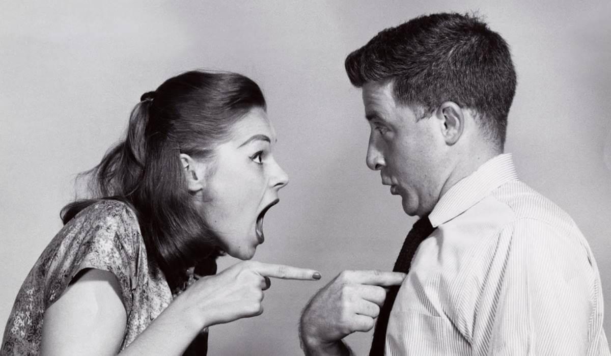 Pareja que pensando en cómo evitar sabotear tu relación