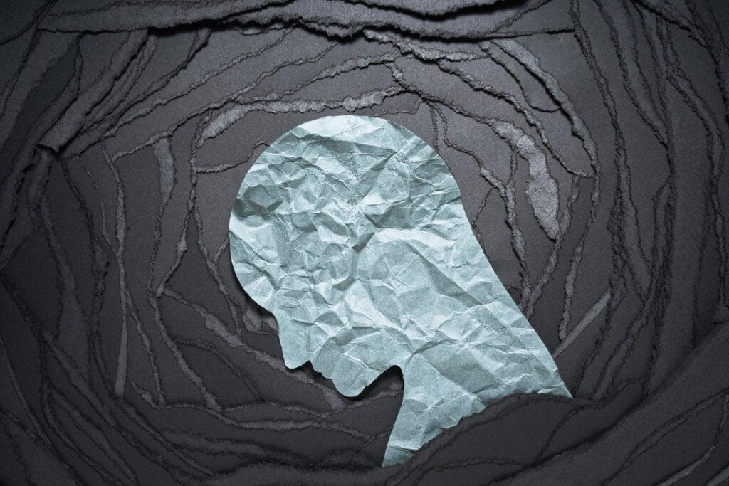 Perfil de un hombre con pensamientos negativos