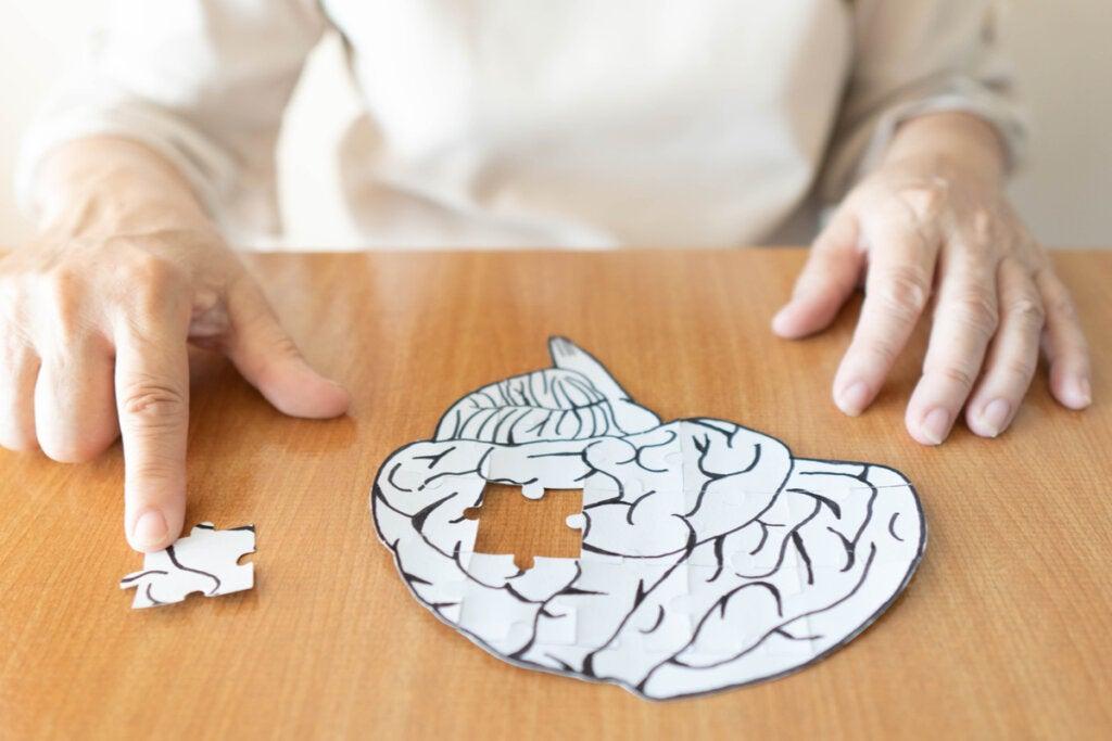 Persona mayor haciendo un puzzle