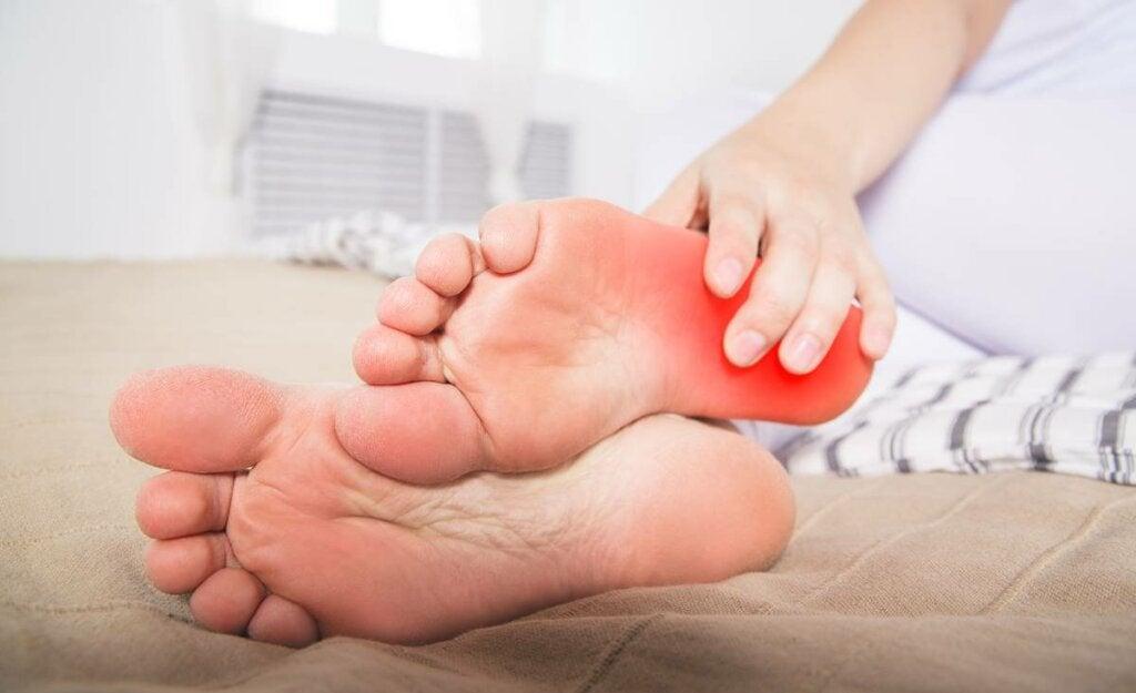 Mujer que sufre el síndrome de los pies ardientes
