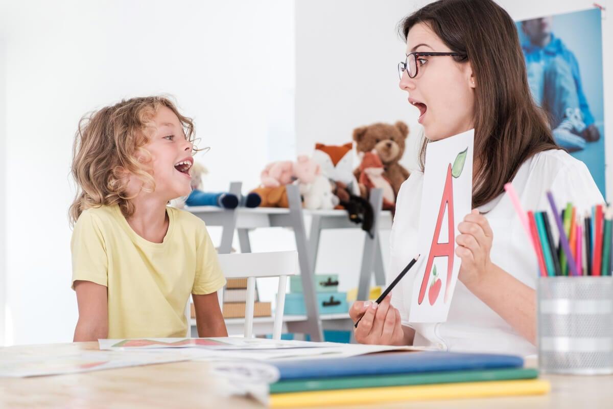 Profesora trabajando el lenguaje con un alumno